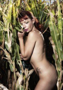Jess nu dans la nature